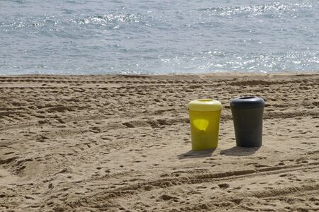 Ocean and trash cans - fighting plastic pollution Stockfoto
