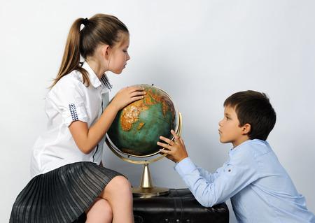 kinderen met een oude wereldbol