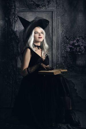 portret van mooi meisje in donkere jurk Stockfoto