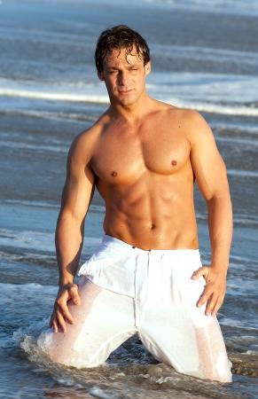 hombres gays: hombre en la playa Foto de archivo