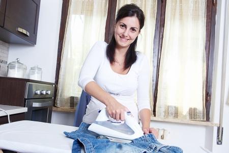 daily room: immagine luminosa di bella casalinga con il ferro, Italia