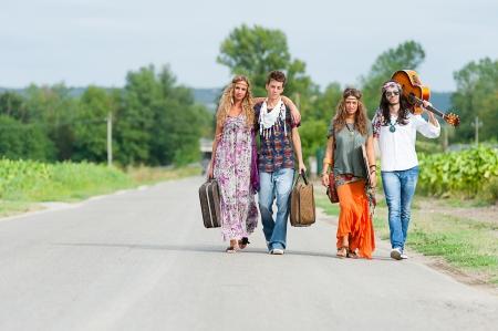 mujer hippie: Hippie Grupo de hacer autostop en una carretera de Campo, Italia