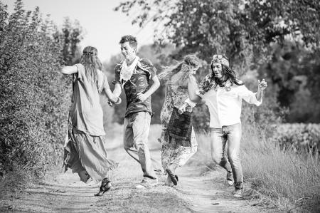 mujer hippie: Hippie Baile de grupo en el Campo, Italia