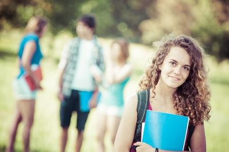 adolescentes estudiando: Estudiante femenino joven en el parque, Italia