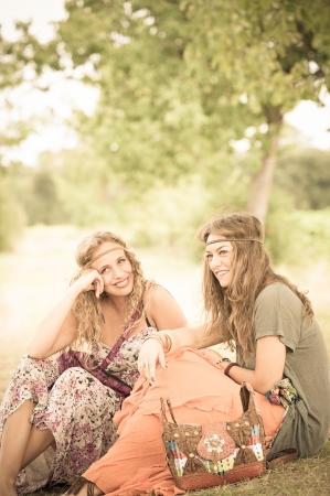 gitana: Dos chicas jóvenes hermosas hippie, Italia