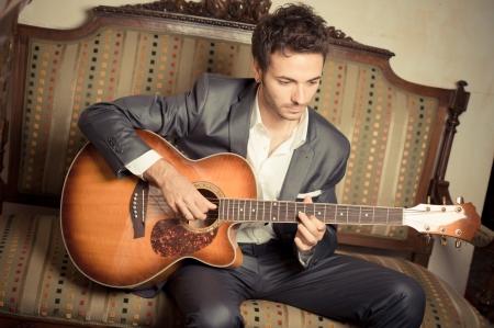 Jeune homme jouant la guitare, ITALIE