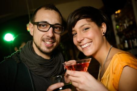 vida social: amigos que tuestan en la discoteca, Italia