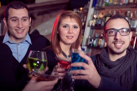 vida social: Grupo de amigos en un club nocturno, Italia Foto de archivo