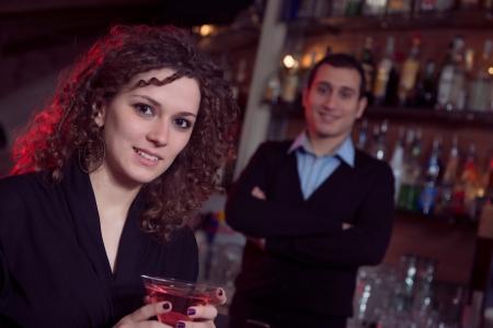 vida social: mujer alegre solo en discoteca, Italia