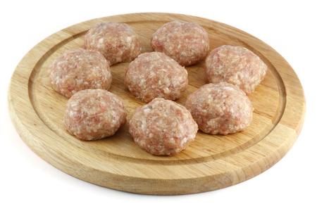 carne macinata: Sfere di carne macinata su una tavola di cucina
