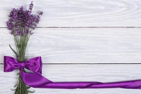 ラベンダーや紫のリボンの花から花のフレーム 写真素材