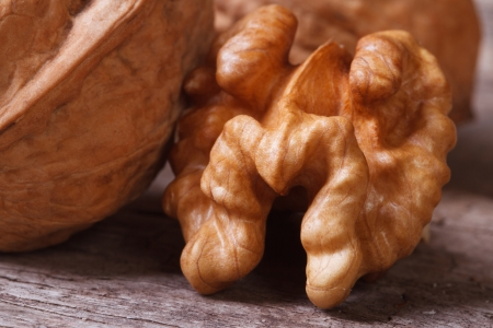 legumbres secas: N�cleo de la nuez macro en una vieja mesa de madera