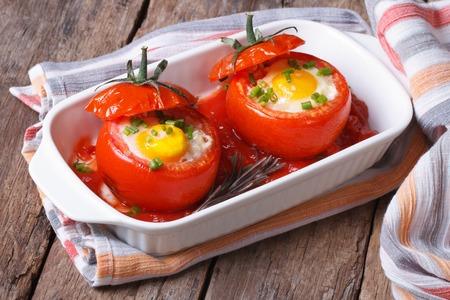 huevos de codorniz: tomates al horno rellenas con vista superior del huevo