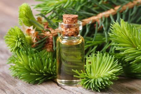 Etherische aromatische olie sparren close-up op een houten tafel. horizontaal Stockfoto