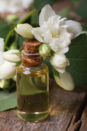 ジャスミンの花マクロ テーブルの上の香りのオイルです。垂直方向