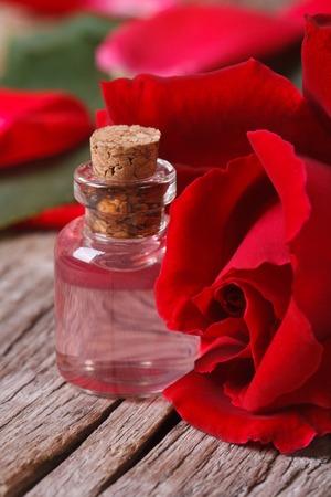 Rote Rosen und zarten Rosenöl auf den Tisch Lizenzfreie Bilder