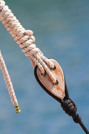 carrucole: Antichi pulegge marine con la corda primo piano, verticale Archivio Fotografico