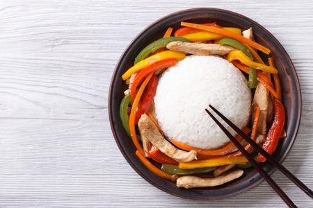 Reis mit Huhn, Gemüse und Stäbchen close-up auf den Tisch. Draufsicht auf einen horizontalen Standard-Bild - 34457000