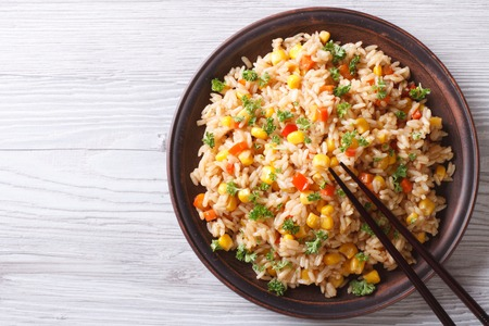 arroz: Arroz asiático frito con huevos, el maíz y el perejil de cerca en un plato, vista horizontal desde arriba Foto de archivo