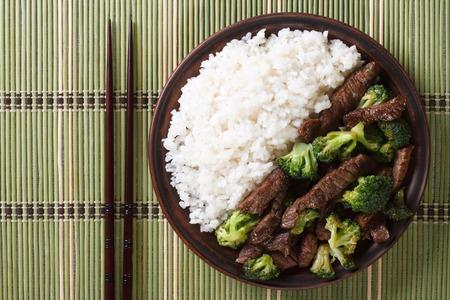arroces: ternera con br�coli y arroz en un plato de cerca. vista horizontal desde arriba