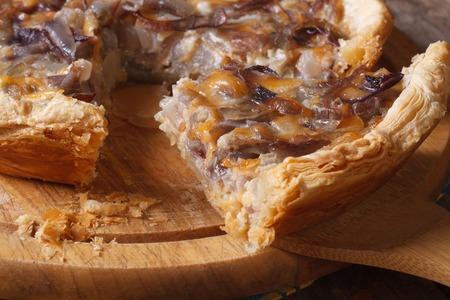 cebolla roja: rebanada de pastel de cebolla con queso en la tarjeta de la cocina Foto de archivo