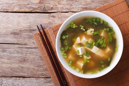 japanese food: Sopa de miso japonesa en un plato blanco sobre la mesa. vista horizontal desde arriba