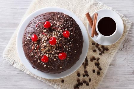csoki torta és kávé az asztalon. vízszintes felülnézeti