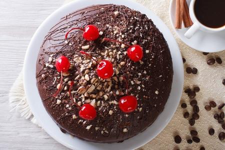 rebanada de pastel: pastel de chocolate y caf� sobre la mesa. visi�n horizontal de primer plano por encima de