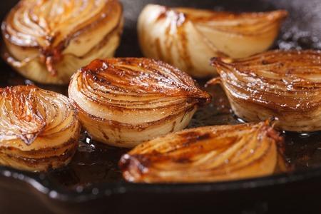 cebolla blanca: mitades de cebolla aramelized con vinagre bals�mico en una cacerola de primer plano, horizontal