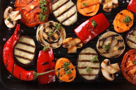 Hintergrund von gegrilltem Gemüse auf einem Grill-Makro. horizontale Ansicht von oben Lizenzfreie Bilder