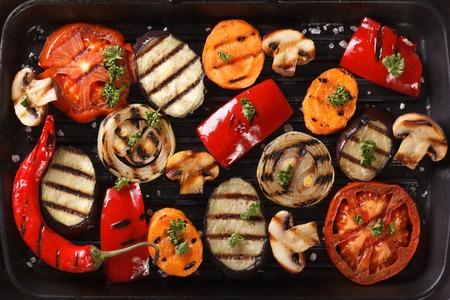 Hintergrund von Gemüse auf einem Grill gegrillt hautnah. horizontale Ansicht von oben