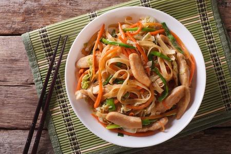 焼きそば: 焼きそば鶏肉と野菜のクローズ アップ。上から水平ビュー