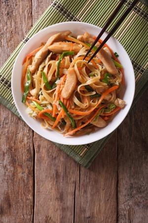 chinesisch essen: Chinesische gebratene Nudeln mit H�hnerfleisch und Gem�se. vertikale Ansicht von oben Lizenzfreie Bilder