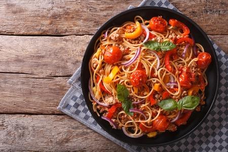 продукты питания: Спагетти с мясным фаршем и овощами. горизонтальный вид сверху, деревенский стиль