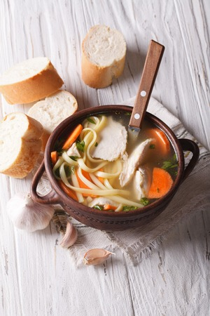sopa de pollo: Sopa de pollo hecha en casa con fideos y verduras