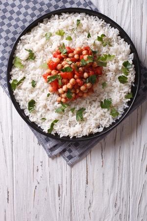 arroz: Arroz con garbanzos y perejil en la placa Foto de archivo
