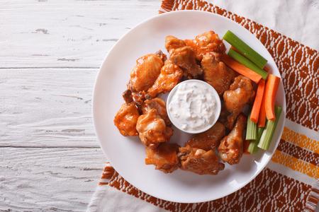 테이블에 치즈 소스와 셀러리와 버팔로 닭 날개. 위의 가로보기