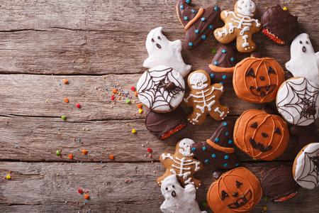 calabazas de halloween: Deliciosas galletas de jengibre divertidos para Halloween en la mesa. visi�n horizontal desde arriba Foto de archivo