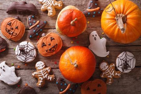 frutas divertidas: Hermoso de pan de jengibre para Halloween y calabaza fresca sobre la mesa. visión horizontal desde arriba