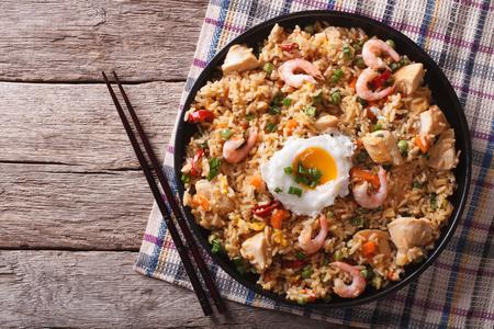 Asian gebratener Reis Nasi Goreng mit Huhn, Garnelen, Ei und Gemüse horizontale Ansicht von oben