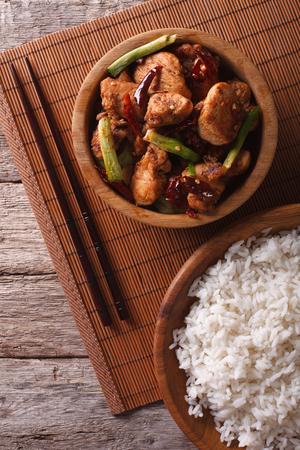 arroz chino: Kung Pao filetes de pollo en un taz�n de cerca y arroz. vista superior verticales