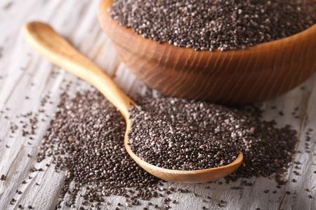 Gesunde Chia-Samen in einem Holzlöffel auf dem Tisch close-up. horizontal