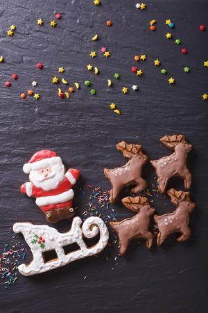 renna: Gingerbread Babbo Natale su una slitta trainata da renne primo piano. vista verticale dall'alto Archivio Fotografico