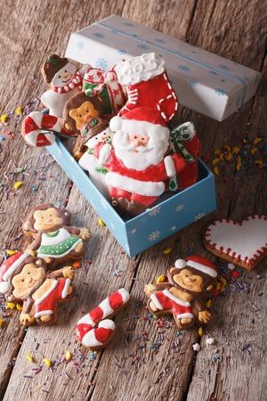 uomo rosso: Biscotti di panpepato Natale in una scatola regalo su un tavolo close-up. verticale vista dall'alto Archivio Fotografico