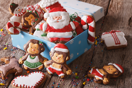 galleta de jengibre: Galletas de jengibre de Navidad en una caja de regalo en una mesa de close-up.