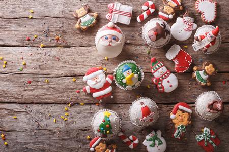 Hintergrund der Weihnachtsbonbons auf einem Holztisch. horizontale Ansicht von oben