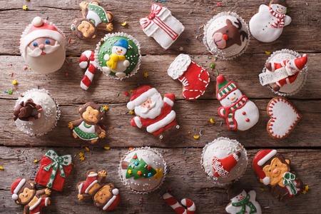 bonbons: Hintergrund der Weihnachts Süßigkeiten Nahaufnahme auf einem Holztisch. horizontale Ansicht von oben