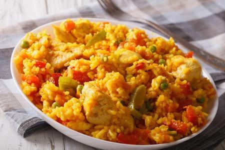 Comida hispana: Arroz con pollo - arroz con pollo de cerca en un recipiente sobre la mesa. Foto de archivo - 48295906