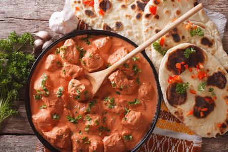 인도 티카 마살라 치킨과 테이블에 낭 평평한 빵 근접입니다. 수평 평면도 스톡 콘텐츠