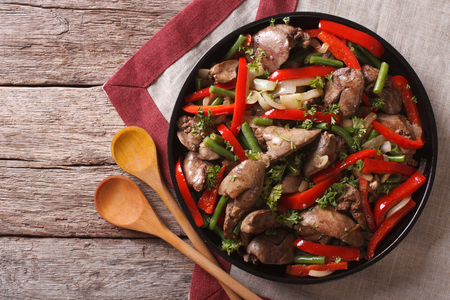 higado de pollo: h�gado de pollo frito con verduras en un plato sobre la mesa. vista horizontal desde arriba